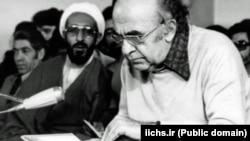 هادی غفاری در کنار هویدا در جلسه دادگاهش