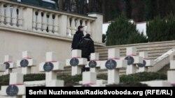 Робітники вибухотехнічної служби на Личаківському кладовищі