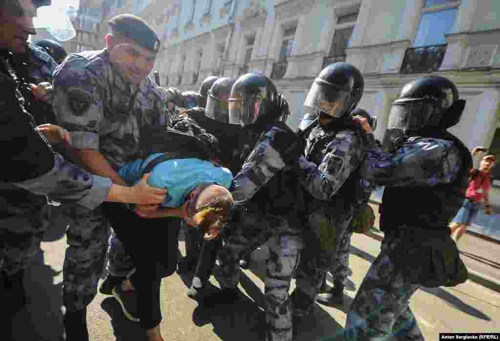 Полиция қызметкерлері акцияға таңертеңнен бастап дайындалған. Жергілікті әкімдік маңындағы Юрий Долгоруков ескерткішін темір қоршаулармен қоршап, Тверь көшесіне қаз қатар автозактар тізіп қойған. Жергілікті уақыт бойынша күндізгі сағат 12.30 шамасында Тверь көшесі тұтас жабылған. Полицейлер ары-бері өткендердің бәрін ұстап, тіпті жерасты өткеліндегі адамдарды да автозакқа отырғызған. Олар адамдардың топтасуына мүмкіндік бермей, әкімдік маңынан қууға тырысқан.
