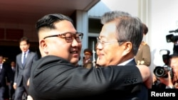 Северокорейский лидер Ким Чен Ын (слева) и президент Южной Кореи Мун Чжэ Ин.