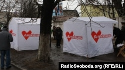 The tents erected by protesters near where Yulia Tymoshenko is incarcerated in Kharkiv have mysteriously disappeared.