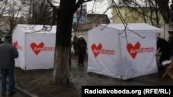 Агитационные палатки у стен Качановской колонии