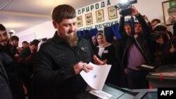 Кадыров бросает в урну свой избирательный бюллетень на выборах 18 марта 2018 года