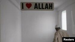 Стикер в мечети в Панаме, 3 августа 2012