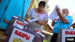 Приморский край. 15 сентября 2016 года. Жители села Полыниха во время досрочного голосования на выборах депутатов Госдумы РФ