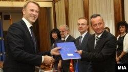 Евроамбасадорот Аиво Орав му го предаде Извештајот на Европската Комисија за напредокот на Македонија на претседателот на Собранието Трајко Вељаноски.