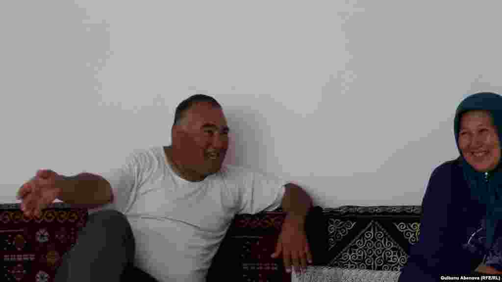 Ересектермен бірге Голландияға нәпақа табуға кеткенде Ахмет Зингин 13 жаста болған екен. Ол тек бес сынып бітірген. Соған қарамастан Еуропада біраз қаражат тапқан. Ахмет Зингин қазақ, түрік, қытай, ағылшын, неміс, француз тілдерін біледі. Қазақстан тәуелсіздігін алған соң ол да бауырларымен бірге тарихи отанына барып, кәсіп ашуды ұйғарады.  Бастапқы әрекеттері сәтсіз болады, оларды «бауырлас қазақтар» алдап кетеді. Бірақ ол үмітін үзбей, біраз қаржы жинап, Қазақстанға қайта келген. Азаттыққа Ахмет Зингин «Қазақстанда не көргенімді сұрамаңыз. Әлемнің 20 мемлекетінде тұрдым, бірақ еш жерден сондай арсыз адамдарды, мемлекеттік мекемелердегі ондай бассыздықты көрмедім. Ешбір жерде мені олай қорлап, кемсіткен емес. Сосын ісімді осы жақтан ашайын дедім. Қазақстанға тек бір-екі аптаға туыстарыма барамын. Қалай болғанда да атамекенім ғой. Бірақ ол жақта тұра алмаймын» деді.