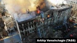 Ліквідація пожежі в Одеському коледжі економіки триває четвертий день, досі розшукують людей під завалами