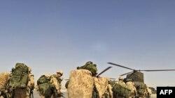 Amerikan esgerleri dikuçara münmegiň öňüsyrasynda, Kandahar, 14-nji maý, 2010-njy ýyl.