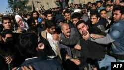 صحنهای از درگیری معترضان و لباسشخصیها در قم