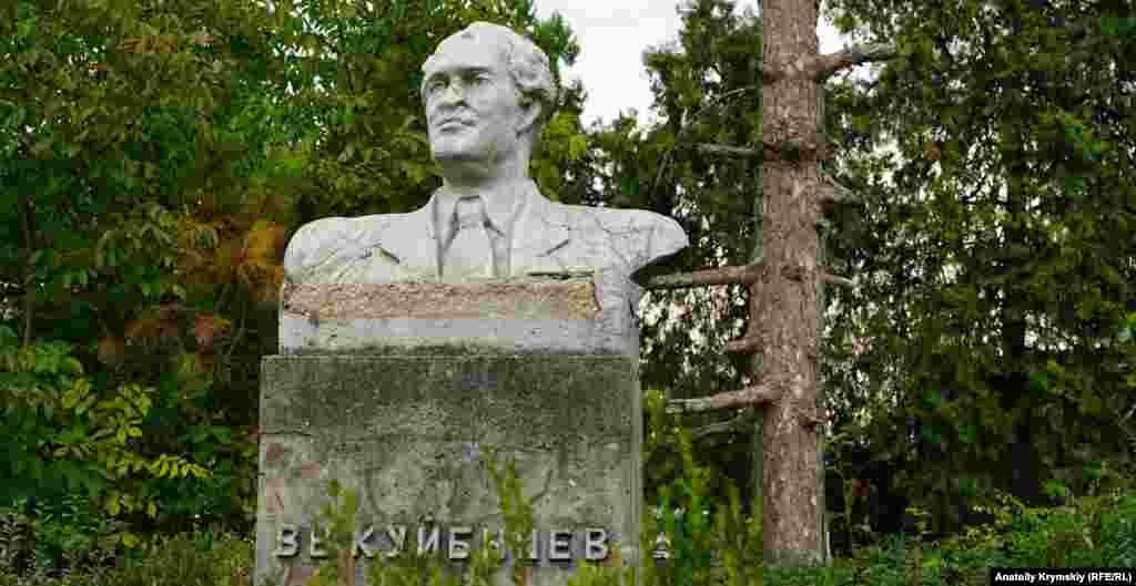 В центре находится потрескавшийся бюст советского коммунистического деятеля Валериана Куйбышева