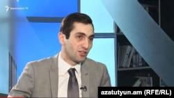 Член фракции «Елк» в Совете старейшин Еревана Давид Хажакян в студии Азатутюн ТВ (архив)