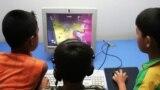 Uşaqlar internet-kafedə