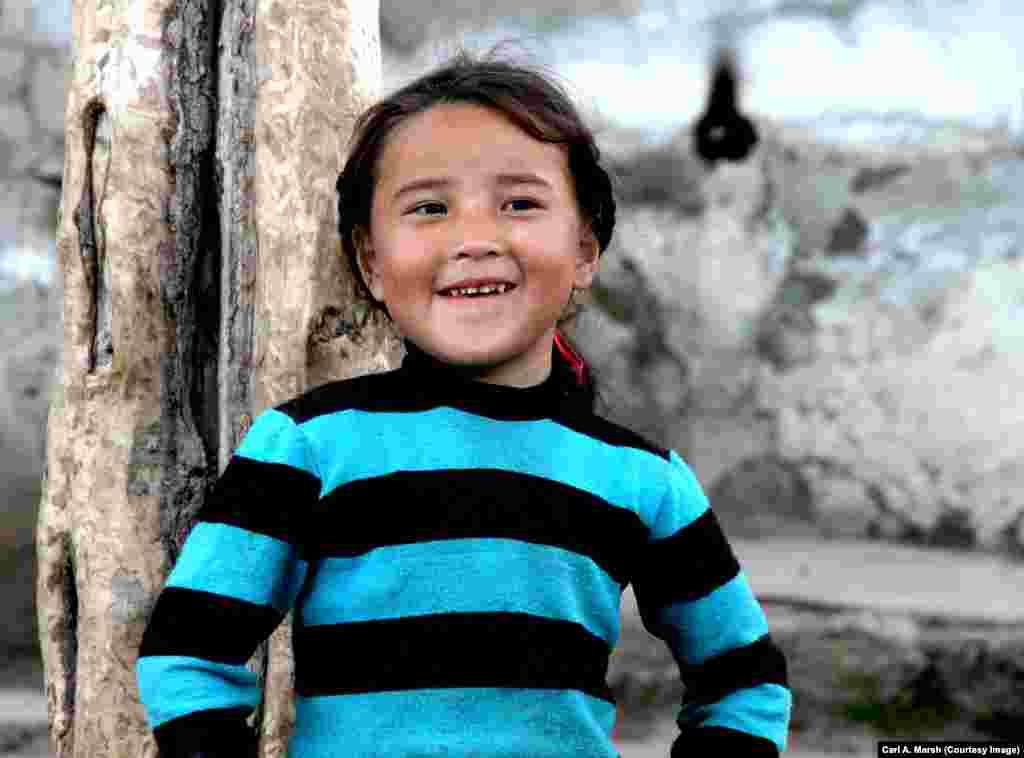 Девочка в селе Улуу Памир в Турции. 400 семей проживает в селе, которое предназначено не более чем для 200 семей.