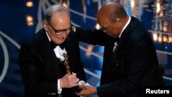 Эннио Морриконе получает «Оскара»за музыку к фильму «Омерзительная восьмёрка».2016 год.