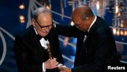 """Морриконе получает Оскара за музыку к фильму """"Омерзительная восьмёрка"""", 2016 год"""