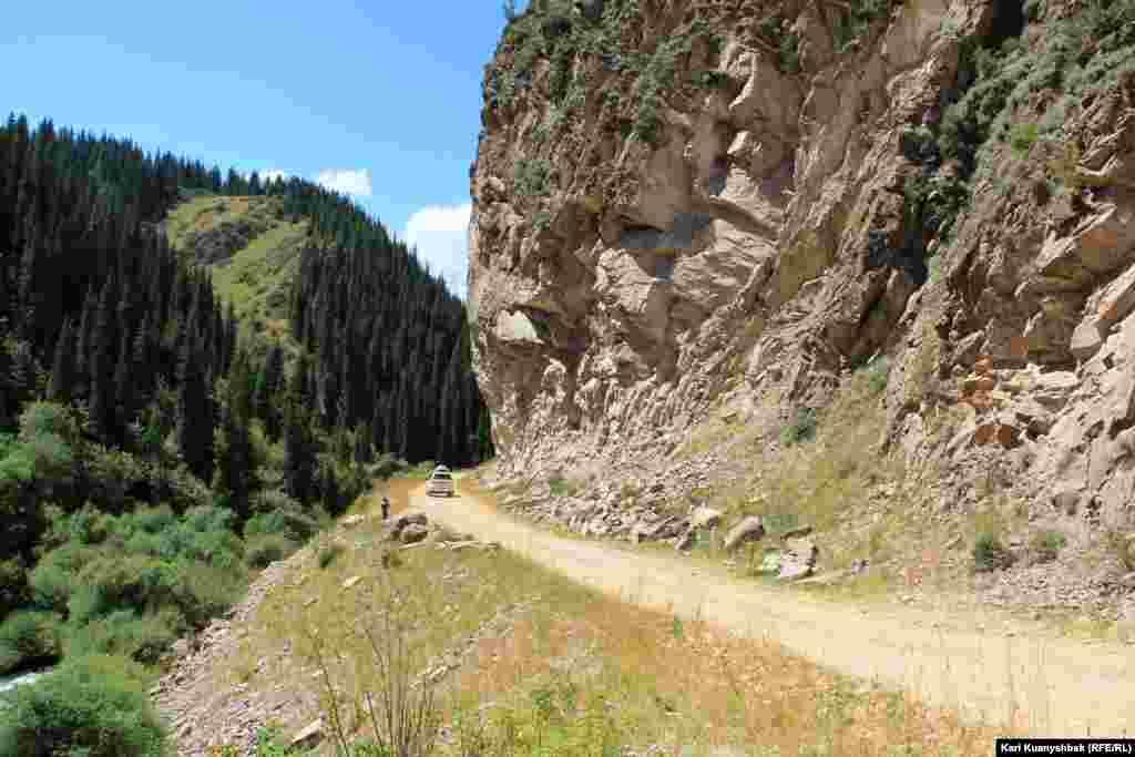 Один из опасных участков дороги с плато Ассы к ущелью Тургень. На пути немало подобных участков. Летом здесь бывает камнепад, зимой сходят лавины. Дорога от таких ЧП не защищена