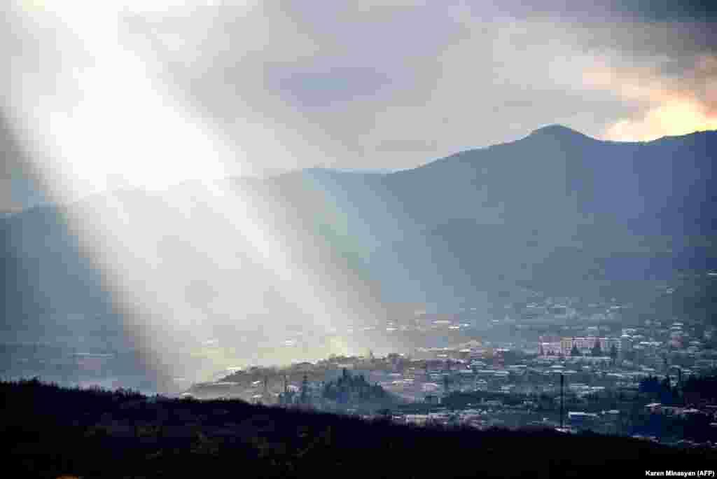 Лучи солнца падают на пригород Степанакерта. 27 ноября 2020 года.