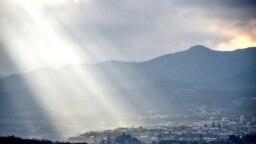 Egy fénysugár világítja meg Sztepanakert külvárosi részét.