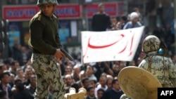 جندي مصري يتهيأ لإطلاق النار في الهواء لتفريق محتجين غاضبين