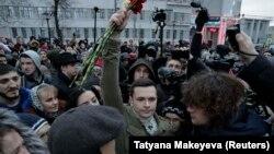 Российский оппозиционер Илья Яшин и избиратели
