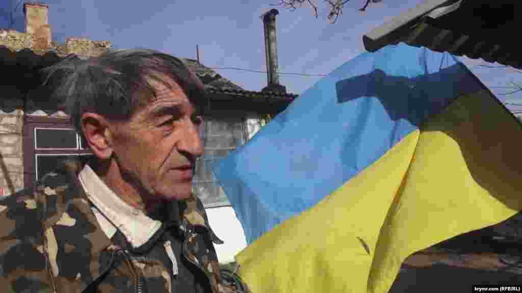 На подвір'ї його будинку навіть після 2014 року майорів український прапор