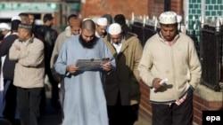 Ұлыбританиялық мұсылмандар жұма намазынан қайтып барады. Бирмингем, 2 ақпан 2007 жыл