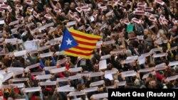 """Pamje nga protestat e mbajtura në Barcelonë me mbishkrimet """"Liri për të burgosurit politikë"""""""