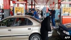 Иранские автомобилисты у бензоколонки (архинвый снимок, 2017 год)