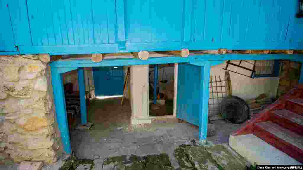 Перший поверх служив для зберігання продуктів. Він зроблений з каменю – тут і взимку, і влітку підтримувалася стабільна температура. Ще на першому поверсі була кухня