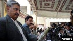 د کراچۍ سي آی ډي پولیس هغه وسله خبري رسنو ته ښيي چې د دوی په خبره له وسلوالو طالبانو یې نیولې ده.۵م جنوري ۲۰۱۲