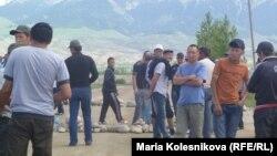 Кумтөр алтын кенин иштетүүгө каршы Барскоон айылындагы акциядан, 31-май, 2012.