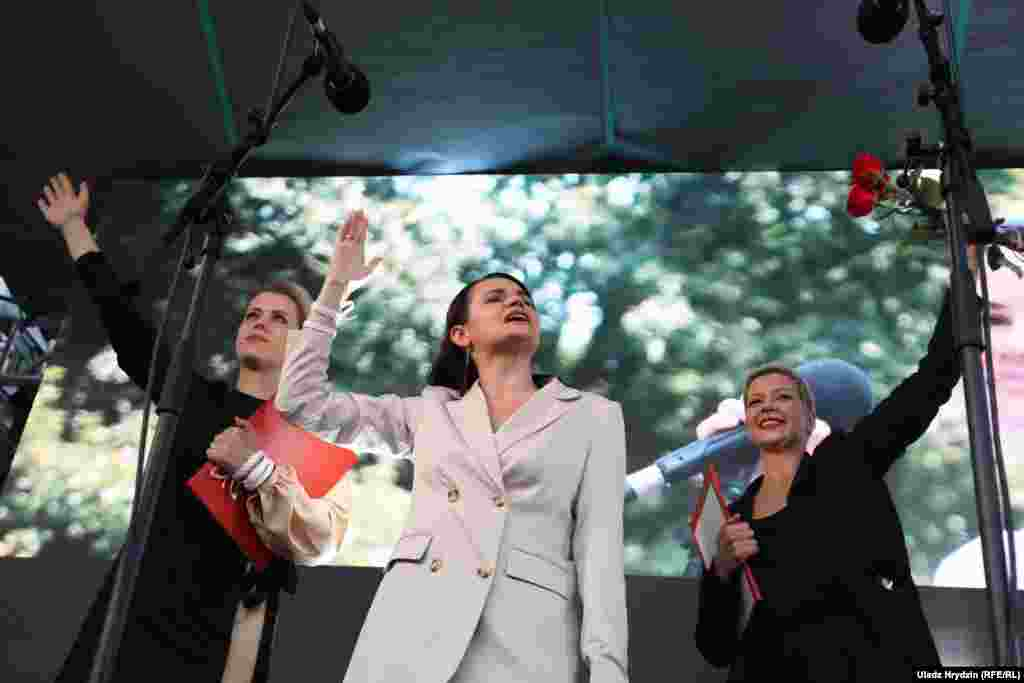 На фото три лідерки від опозиції: Вероніка Цепкало (ліворуч), Світлана Тихановська (у центрі) та Марія Колесникова (праворуч)