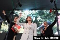 Вераніка Цапкала (зьлева), Сьвятлана Ціханоўская (у цэнтры) і Марыя Калесьнікава