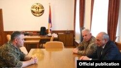 Bako Sahakian (sağdan birinci), Ermənistan silahlı qüvvələrinin baş qərargah rəisi Artak Davtian-la görüşür, 5 iyun, 2018-ci il