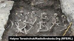 Жертви режиму СРСР. Останки страчених людей у червні 1941 року на території колишньої тюрми НКВС у місті Дубні Рівненської області. Під час пошукових робіт, 30 травня 2019 року