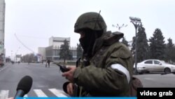 Озброєний бойовик із білою пов'язкою в центрі Луганська, на театральній площі, 21 листопада 2017 року