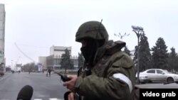 Forcat e armatosura dhe të maskuara në Luhansk.
