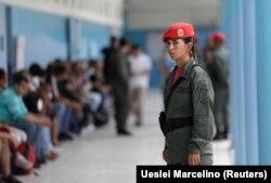 Один из избирательных участков в Венесуэле под охраной Боливарианской гвардии. 15 октября 2017 года