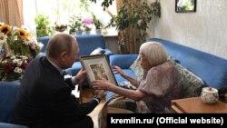 Vladimir Putin daje poklon Ljudmili Aleksejevoj