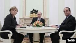 Анґела Меркель, Володимир Путін і Франсуа Олланд (л -> п) під час попередніх особистих зустрічей теж говорили про врегулювання на Донбасі