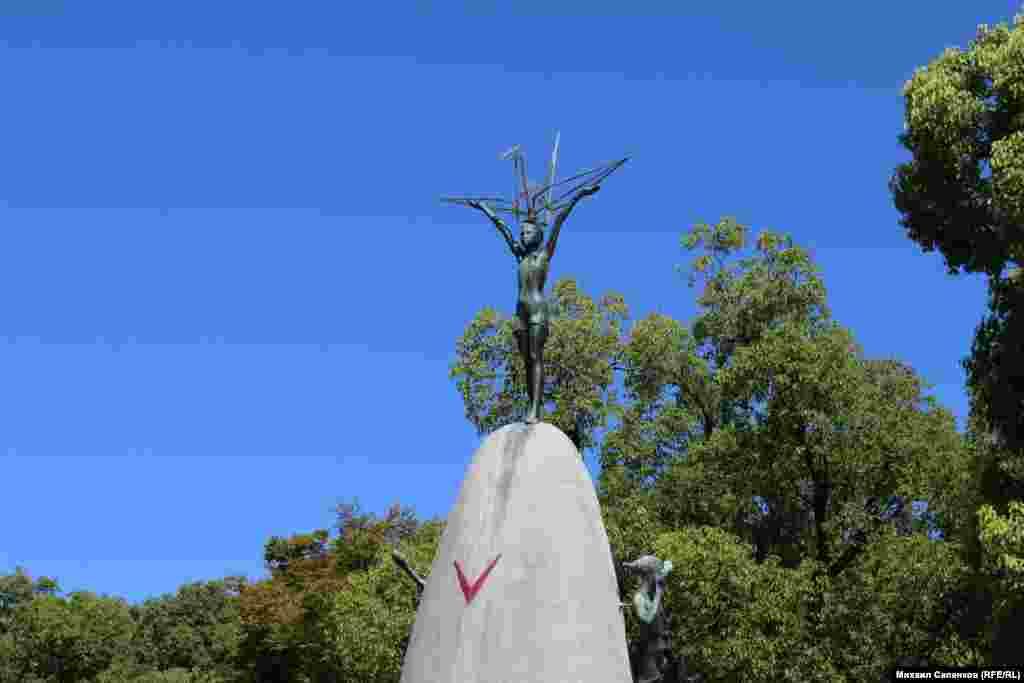 Памятник Садко Сасаки - девочке, умершей от последствий атомной бомбардировки.