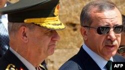 Türkiyənin baş naziri Recep Tayyib Erdogan baş qərargah rəisi İlker Başbuğla birlikdə. İlker Başbuğ da hazırda həbsdə olan generallar arasındadır. 1 avqust 2010-cu il.