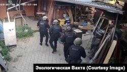 """Сотрудники ФСБ в доме у одного из сотрудников """"Эковахты"""""""