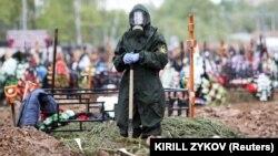 Похороны скончавшегося от коронавирусной инфекции на Бутовском кладбище Москвы