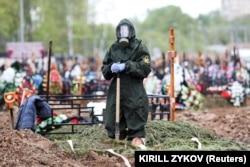 COVID-19 кесірінен қайтыс болған адамды жерлеу. Мәскеу облысы, Ресей, 15 мамыр 2020 жыл.