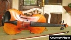 «Чтобы не усложнять отъезд, администрация Большого театра приняла решение отправить музыкальные инструменты оркестра морем». [Фото — <i>GNU Free Documentation License</i>]
