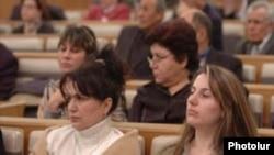 Կանայք մասնակցում են խորհրդարանական լսումների: