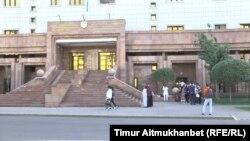 У здания министерства образования и науки Казахстана.