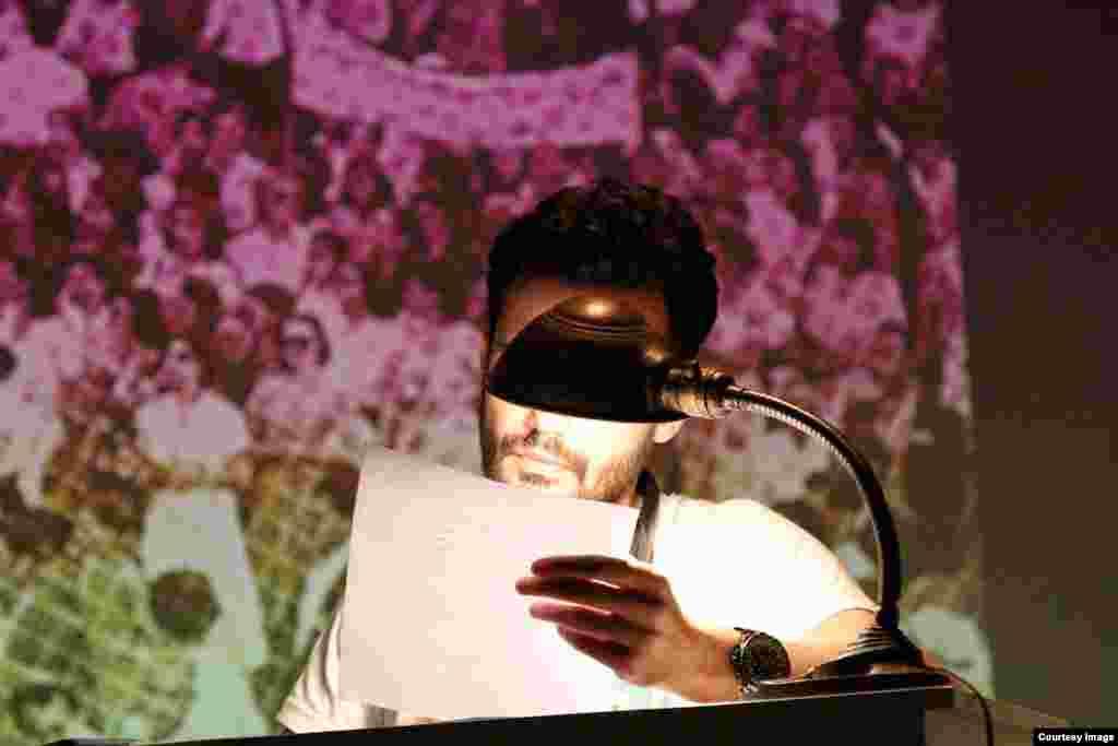 علی حسینی در اجرایی ترکیبی، بازیگری با ظاهر جوان های امروزی (محمدرضا ژاله) نشانده بود. او متنِ یک سخنرانی را می خواند.